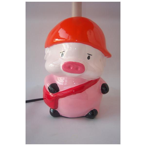瑞手绘卡通台灯 背书包的猪图片