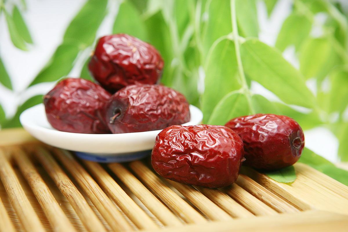 阿克苏的红枣个大,皮薄,肉厚,质地较密,味甜汁多,色泽鲜亮,含糖量高